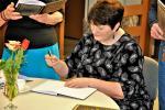 Vilja Alamaa annab raamatusse autogrammi.JPG -